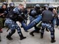 Боец Росгвардии получил нож в спину на акции в Петербурге