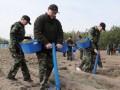 Лукашенко объявил субботник и сажает деревья