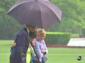 Мокрое дело: Обама спас сотрудниц своего штаба от дождя