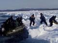 В России в Охотское море на льдине унесло около 50 рыбаков