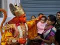 Индиец отрастил 36-сантиметровый хвост и стал богом