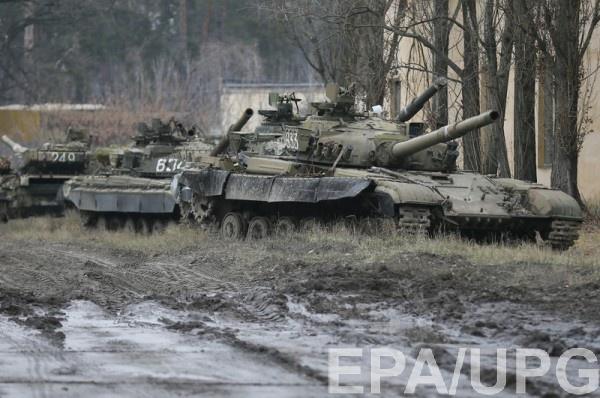 Российские БТРы вплотную подъехали к украинскому пункту пропуска