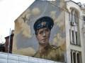 День в фото: граффити с портретом Быкова и агрессивные медузы Одессы