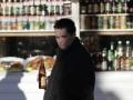В Симферополе продавщица отбилась бутылкой водки от грабителя магазина