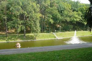 Фонтаны и канал на территории резиденции