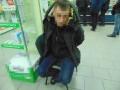 В Киеве посетители аптеки задержали грабителя