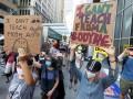 Учителя в США вышли на митинг против возобновления работы школ