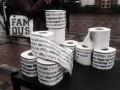 Депутатам под Раду принесли туалетную бумагу