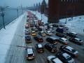Москва второй день стоит в пробках из-за снегопада