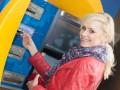Украинцам запретили переводить деньги и брать кредит на зарплатные карты