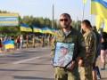 В Херсоне на коленях встречали кортеж с телом погибшего медика Ирины Шевченко