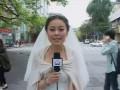 В Китае журналистка вела репортаж о землетрясении в свадебном платье