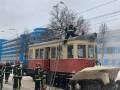 В Киеве спасатели потушили горящий трамвай