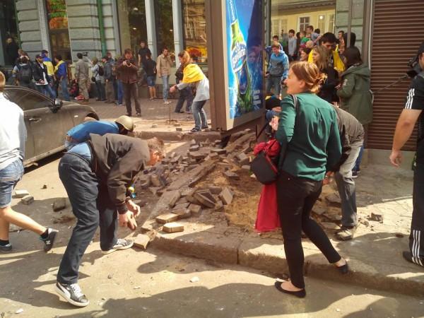 Столкновения в Одессе. Протестующие разбирают брусчатку