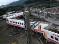 На Тайване потерпел крушение поезд: Около 20 погибших