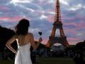 Невеста без места: Женщина объездила мир в свадебном платье (ФОТО)