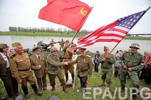 Воссоздание исторической встречи на Эльбе американских и советских солдат в конце Второй мировой войны