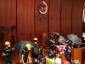 Протестующие в Гонконге ворвались в здание парламента