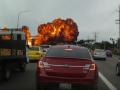 В США самолет упал на шоссе, водитель снял видео