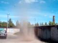 В Сумской области сняли на видео вихрь, срывающий крышу