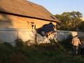 В Черновцах полицейский протаранил светофор и повис на заборе