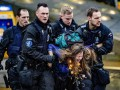 Экоактивистов задержали во время протестов в аэропорту Амстердама