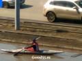 В Омске гребец на байдарке проплыл по луже