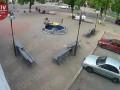 Под Киевом женщина с ребенком залезла на фонтан и сломала его