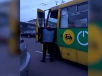 Киевляне засняли, как маршрутчик помочился на собственный автобус