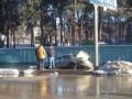 В Киеве в результате прорыва трубы затопило улицу, одна машина провалилась в яму