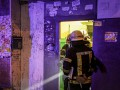 В Киеве девушка застряла в дверях: Помогли спасатели