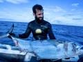 Рыбак сразился с тремя акулами за свой улов