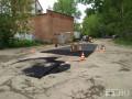 В России посреди дороги закатали в асфальт старый пень