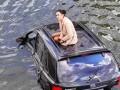 В Харькове девушка на джипе улетела в реку