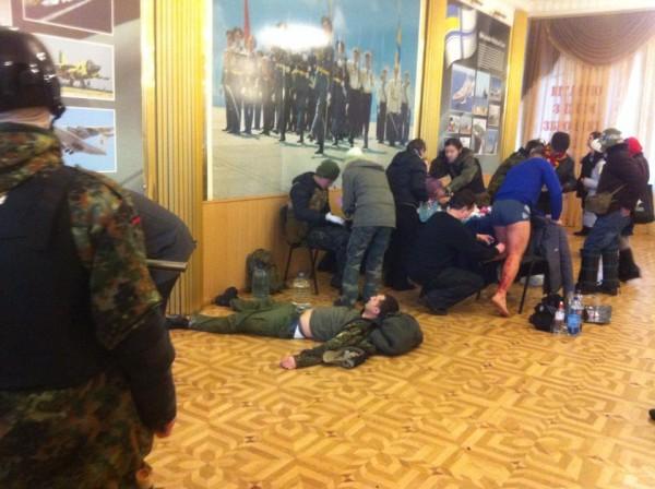 Со стороны протестующих пострадали около тридцати человек