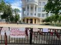 В Минске выпускники приносят к школам свои грамоты