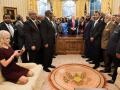 Неприличная поза советника Трампа шокировала делегацию афроамериканцев