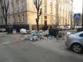 В центре Львова неизвестные перекрыли дорогу мусором