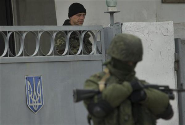 Российские военные захватывают воинские части в Крыму