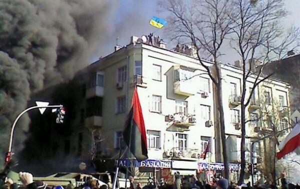 В центре Киева протестующие вламываются в квартиры - блогер