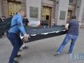 Жители Киева принесли под КГГА гроб и подрались с полицией