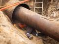 В вырытом коммунальщиками котловане с горячей водой нашли труп