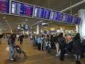 Пассажиры двух задержанных из-за тумана рейсов устроили акцию протеста в аэропорту Жуляны