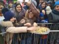 В Ставрополе на Масленицу жителей кормили с лопат