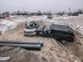 В Киеве в котлован одна за одной влетели две иномарки