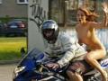 В Румынии обнаженную женщину задержали за езду на мотоцикле без шлема