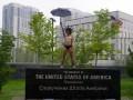 Под посольством США в Киеве обнаженная активистка Femen протестовала против Трампа