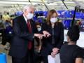 Вице-президент США после критики стал носить маску