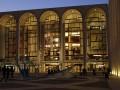 В Метрополитен-опера неизвестный разрисовал краской картины и скульптуры