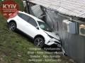На Троещине Toyota вылетела с дороги и врезалась в МАФ